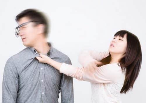 妻が夫を叩いているイメージ
