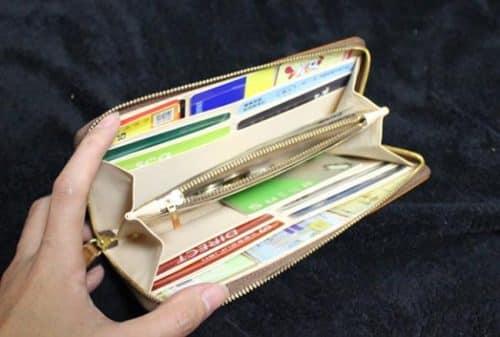 財布にsuicaが入ってパンパンな様子