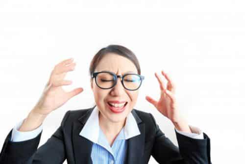 仕事で悩む女性