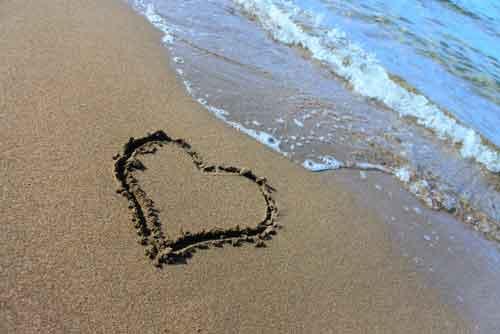 砂浜にハート
