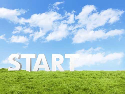 青い雲と芝生の上にスタートの文字