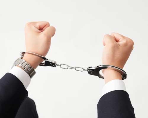 手錠を嵌められている