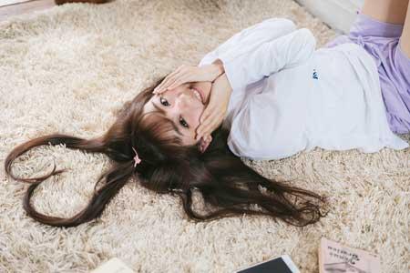 髪の毛でハートを作る女性